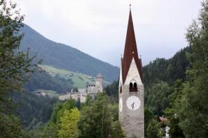… sullo sfondo il castello di TURES