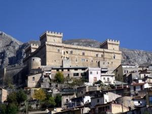 Il castello visto nel contesto del paese