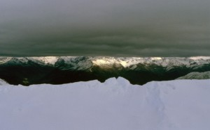 Panorama sulla valle tra nubi e neve