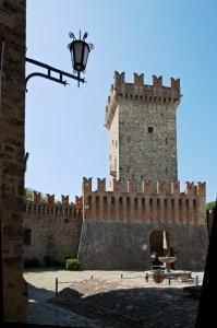 Il castello di Vigoleno visto dal borgo