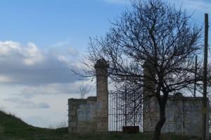 un cancello sul nulla