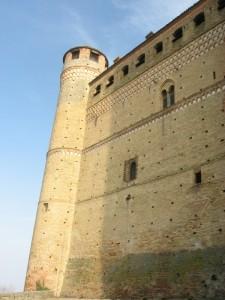 Il castello trecentesco di Serralunga d' Alba a dominio delle Langhe piemontesi
