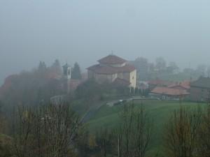 La chiesa di Monte di Nese al limitar della nebbia