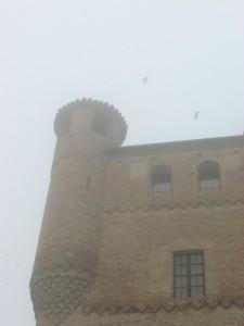 La nebbia avvolge il castello di Grinzane Cavour