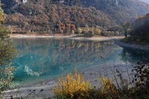 L'inconfondibile colore del Lago di Tenno