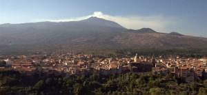 Accovacciata ai piedi dell'Etna