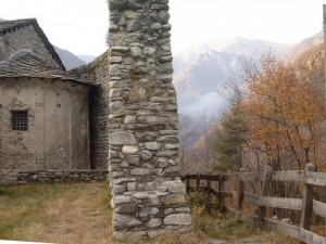 una delle mura di cinta e l'Abside della Rocca di Re Arduino