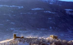 Un solitario castello sotto la neve