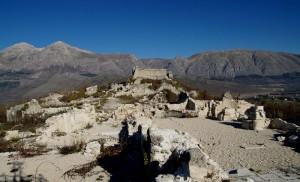 Alba Fucens borgo rocca e sullo sfondo il monte Velino