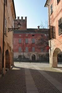 Il castello visto dalla via principale