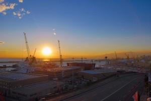 Tramonto sui cantieri navali