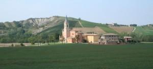 Panorama con chiesa e calanchi