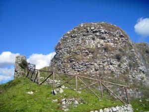 Ruderi di una delle tre torri del Castello Normanno