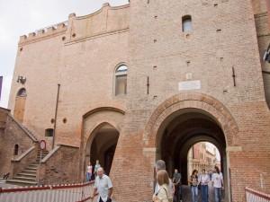 scalinata esterna del castello con porta a lato