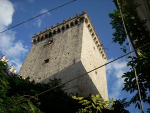 Torre con cavi