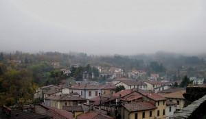 Dall'alto della sua rocca: Camporgiano nella nebbia