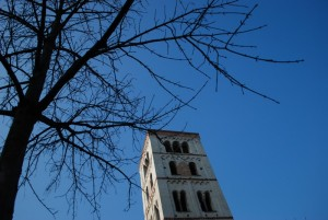 la torre sotto un cielo azzurro