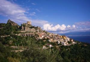 Scaletta Superiore e il castello Rufo Ruffo