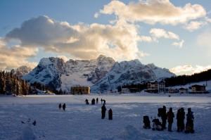 Tramonto sul lago ghiacciato