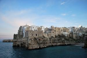 il mare entra a Lama Monachile a Polignano a Mare