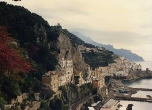 oltre un costone di roccia, all'improvviso Amalfi.