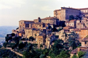 Antica Todi al calar del sole
