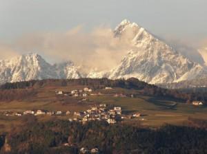 il paese sotto la montagna