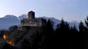 Le prime luci della sera al castello di Zumelle