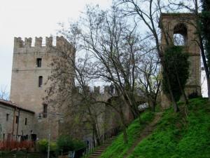 sul colle il borgo col suo castello e torre!