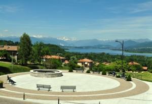 Vista del lago di Varese con alle spalle la Svizzera.