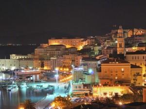 Veduta notturna di Gaeta medievale