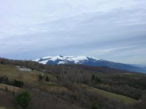 Monte Tomba, sullo sfondo Monte Cesen innevato