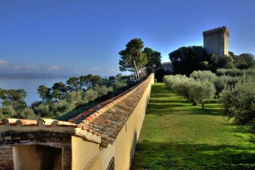 """Castiglione del Lago - Rocca in """"blu"""" con camminamento!"""