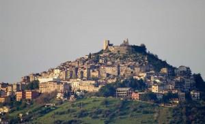 Il castello con il suo borgo