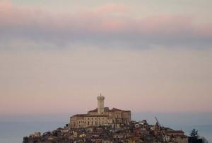 Sospeso tra nebbia e nuvole rosa