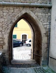 Arte gotica ed…auto, per chi esce.