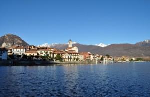 Feriolo adagiata sul lago