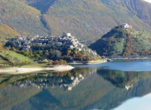 …anche Castel di Tora si specchia