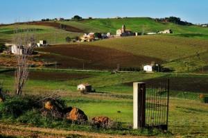 cancelli aperti e vita agreste a Bruca antico borgo