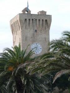 … tra la palme, il Castello Svevo - Porto Recanati