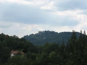 Tra i verdi castagni estivi il castello Baronale