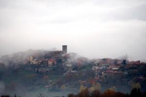 Avvolta dalla nebbia