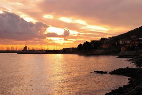 Cipressa - Tramonto sul porto marina degli Aregai (Cipressa)