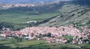 Rocca di Mezzo al centro del verde Altipiano delle Rocche.