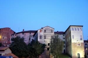 Il Castello di sera dalla piazza