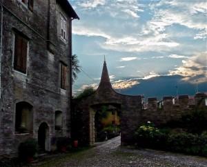 L'ingresso alla corte dei du castelli di Strassoldo al tramonto