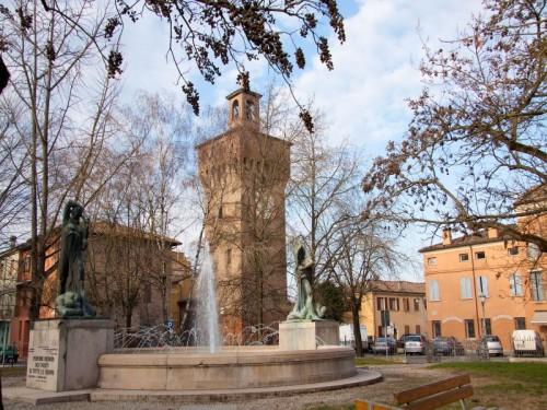 Finale Emilia - torre dietro la fontana