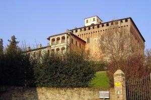 l'imponenza del castello visconteo del xv secolo ripreso dal suo ingresso