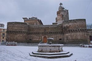 il castello caldoresco che, innevato, fa rima con fiabesco