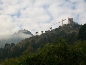 l'Abbazia e la Rocca tra nuvole e nebbia